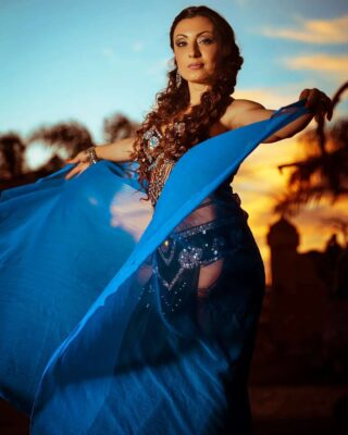 Oriental Sunset.. . Angelica. . #sunset #orientale #portraitphotography #ritrattiincostume #nikonphotography #fotografiprofessionisti #sky #blue #artistidistrada